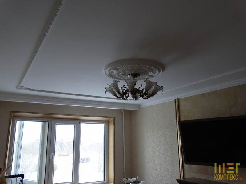 Потолок с лепниной и розеткой под люстрой