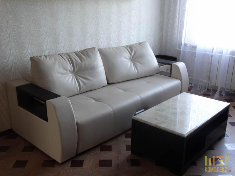светлый кожаный диван