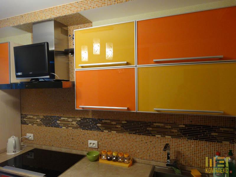 Фасад кухни со стеклом в алюминиевом профиле