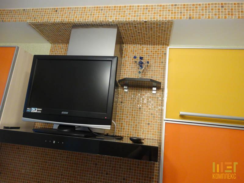 телевизор и вытяжка на кухне