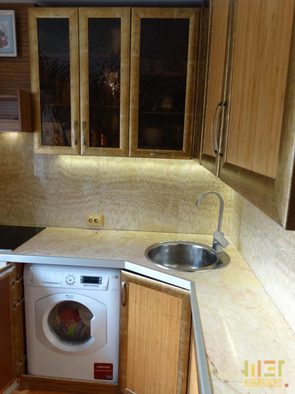встроенная стиральная машина на кухне и раковина