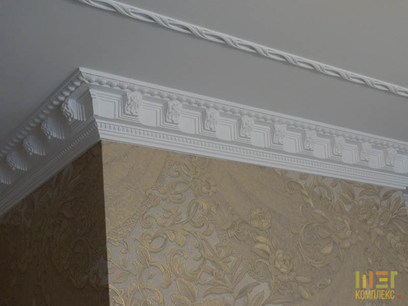 белая лепнина на потолке