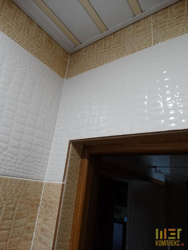 белый и кремовый кафель в туалете
