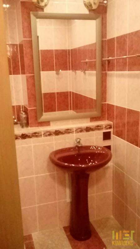 зеркало и красный умывальник