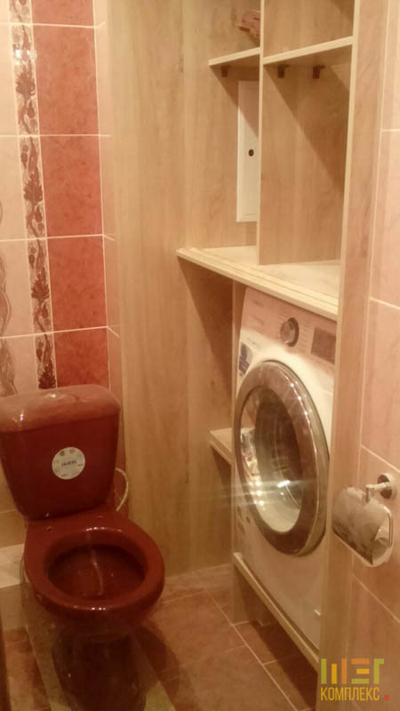 стиральная машина и красный унитаз